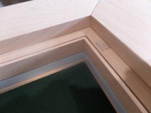 detail duwstift in de hoek van spelletjestafel