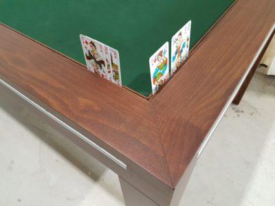 Speeltafel met kaarten in kaartengroefje.