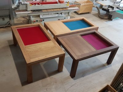 Speeltafels in de werkplaats.