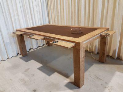 Speltafel met fluwelen bodem boven in de tafel.