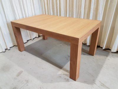 Speeltafel gesloten met 4 panelen op de tafel.