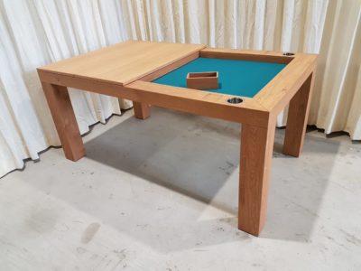 Spelletjestafel met dekpanelen op de tafel.