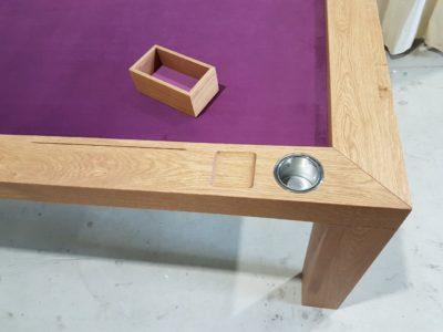 Speeltafel met accessoires in de tafelregel.