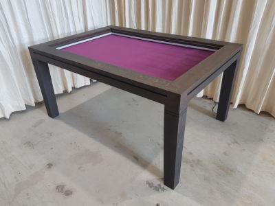 Zwarte spelletjestafel met aubergine bodempaneel.