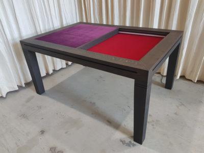 Speeltafel met rode bodempaneel en aubergine dekpaneel en tussenbalkje.