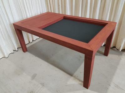 Speeltafel afgewerkt met Cherry Coral kleur en zwart fluweel.