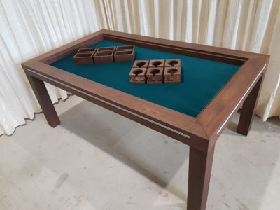 Chocolat board game table met accessoires.