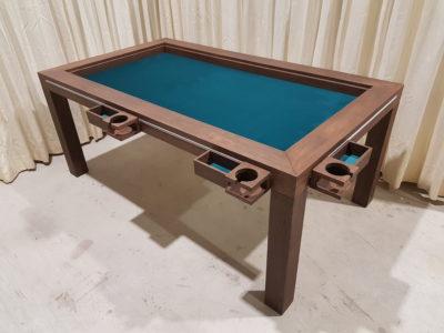 Brettspieltisch In Chocolat kleur met mokhouders en spelersbakjes.