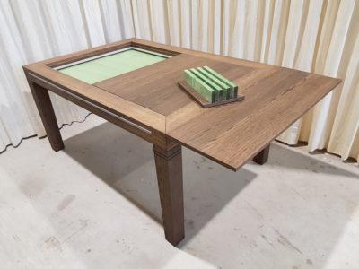 Bordspeltafel met bladenstandaard.