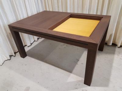 Game table met oker bodempaneel.