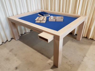 Board game table met accessoires.