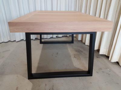 Bordspeltafel met stalen onderstel.