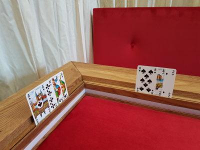 Kaarten in kaartengroefje spelletjestafel.